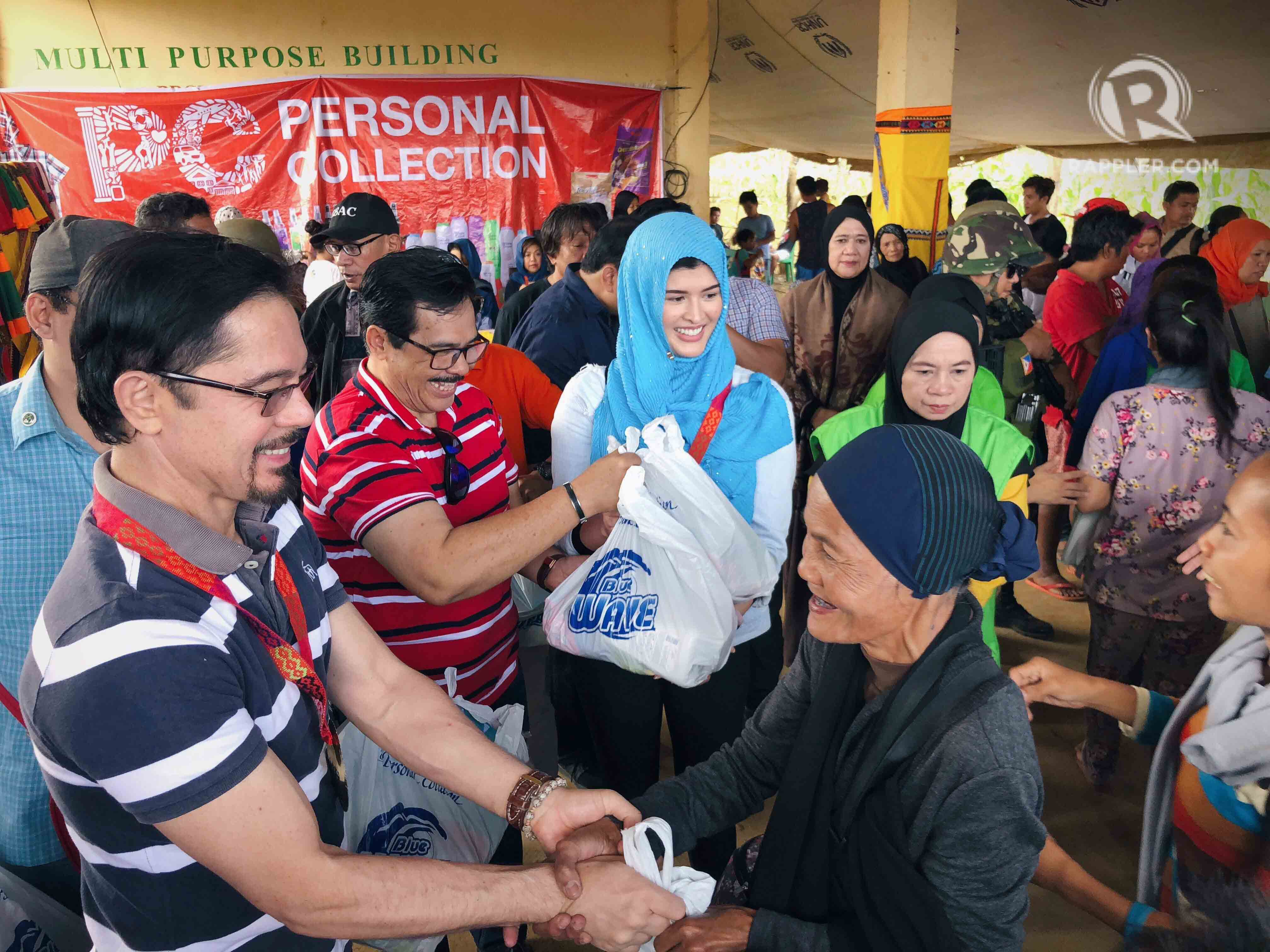 HAPPY TO HELP. Christopher de Leon and Mariel de Leon happily give basic supplies to those in need in Marawi. All photos courtesy of Mariel de Leon