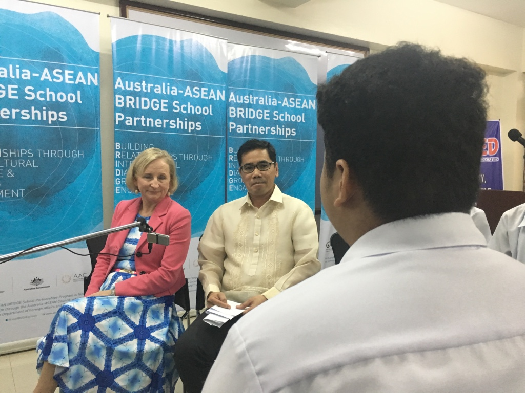 FREE TALK. A Makati High school student asks Gorely why Australia is interested in making partnerships with ASEAN countries. Photo by Mara Cepeda/Rappler