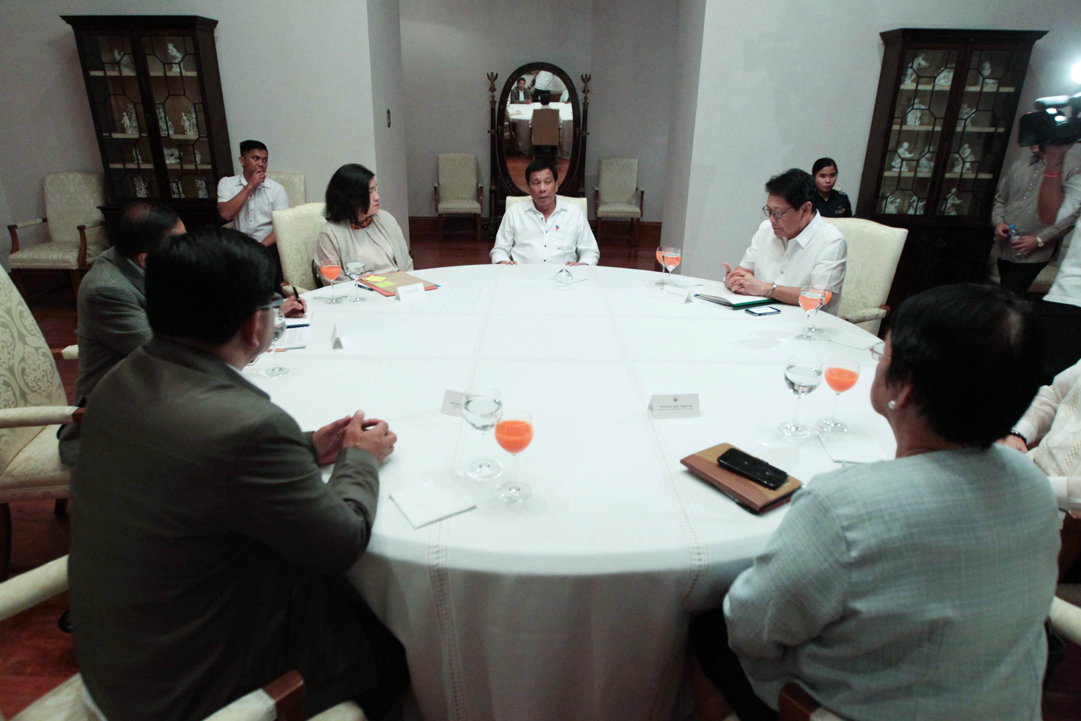DINNER WITH THE LEFT. President Rodrigo Duterte meets with leftist members of his Cabinet on February 20, 2017, in Malacau00f1ang. Beside him is Anti-Poverty Commissioner Liza Maza. Photo courtesy of Malacau00f1ang