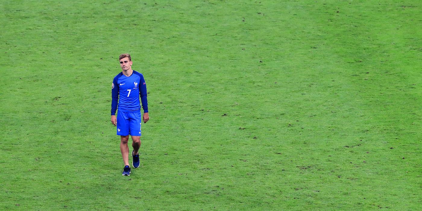 Antoine Griezmann dari timnas Perancis menunjukkan kesedihannya setelah dikalahkan Portugal di final Euro 2016. Foto oleh EPA