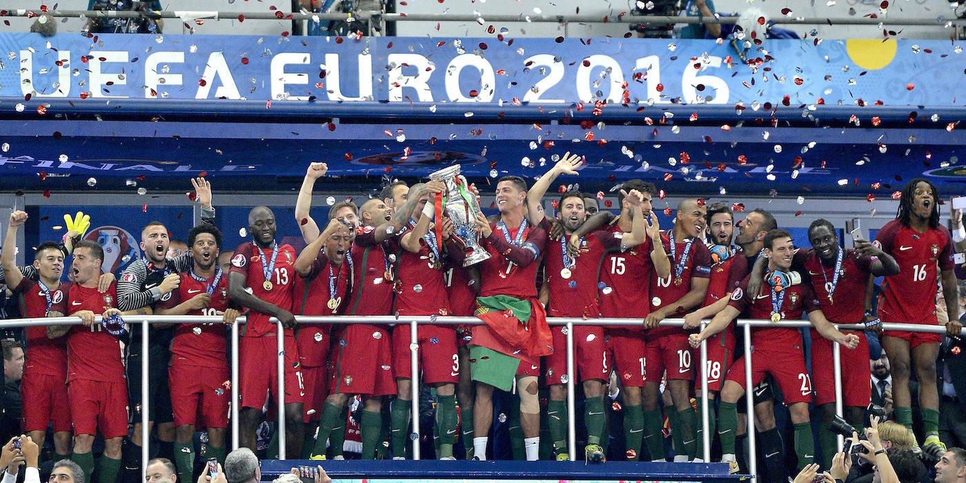 Tim nasional Portugal merayakan kemenangan mereka di Euro 2016 dengan trofi setelah mengalahkan Perancis 1-0 di Stade de France, Saint Denis, Perancis. Foto oleh EPA