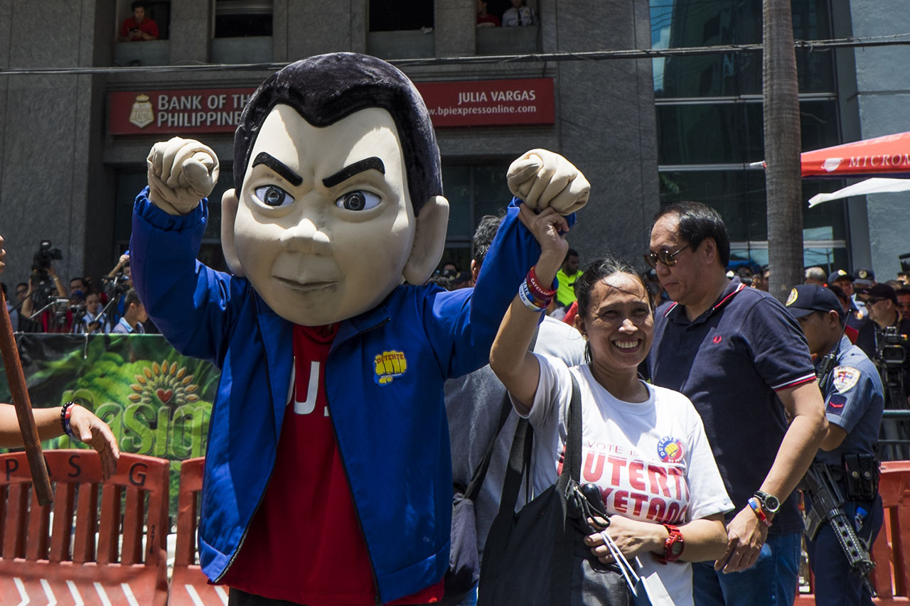 MASCOT. Duterte supporters came with props and all to show their support for their presidential bet.