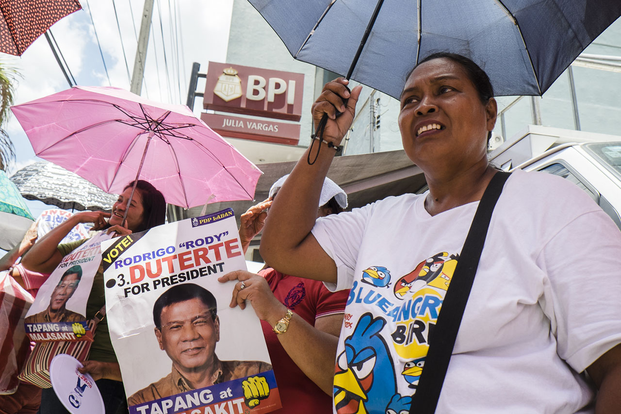 DUTERTE'S ADVOCATES. Supporters show up to rally behind the Davao mayor outside BPI Julia Vargas branch in Pasig City. All photos by Pat Nabong/Rappler