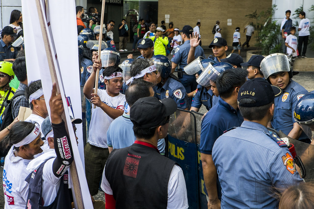 BLOCKADE. Police personels were sent to control the crowd of supporters from both candidates.