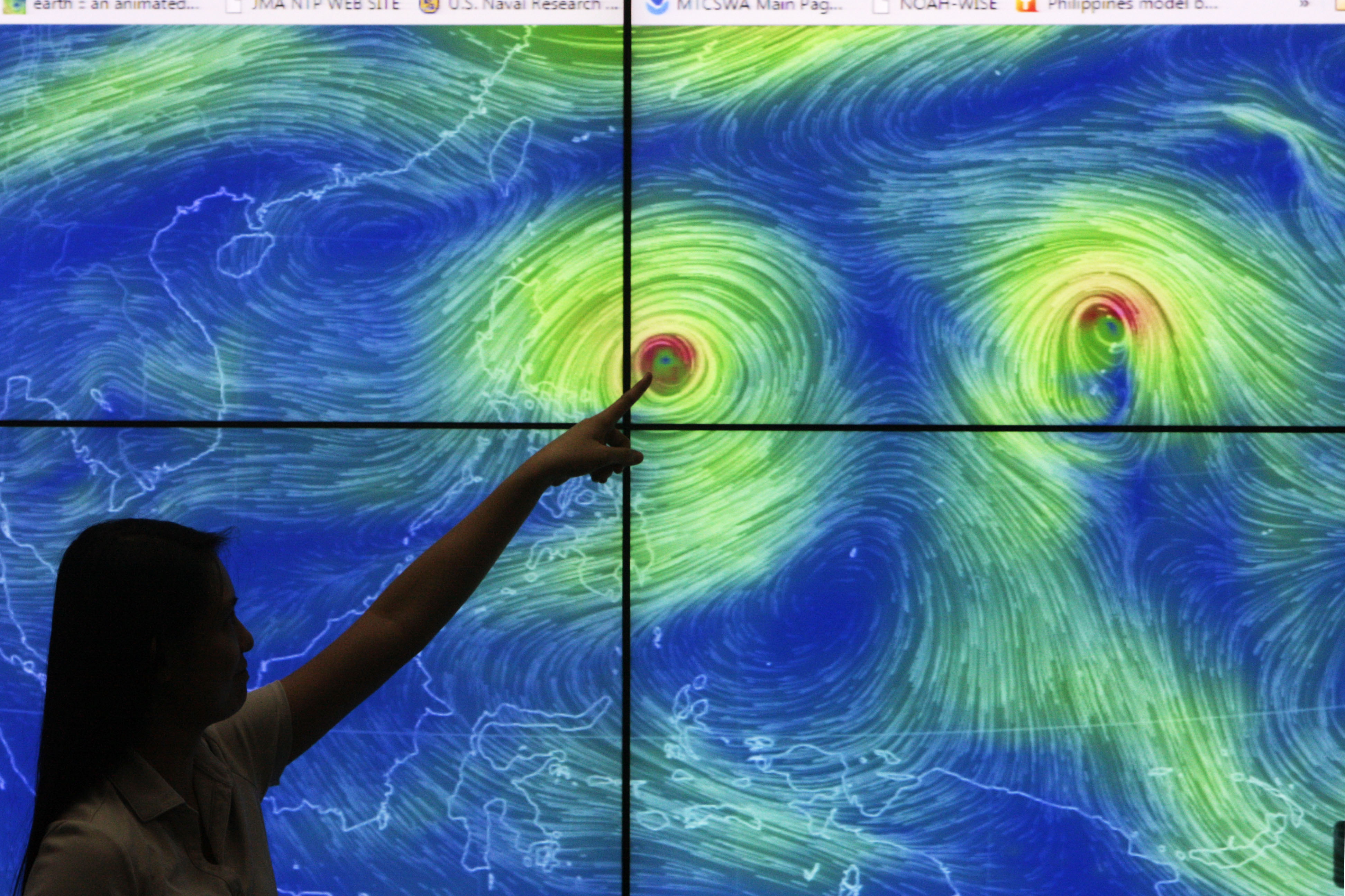 DISASTER-PRONE. Weather forecasters monitor Typhoon Lando at the PAGASA head office in Quezon City on Friday, October 16, 2015. Photo by Ben Nabong/Rappler