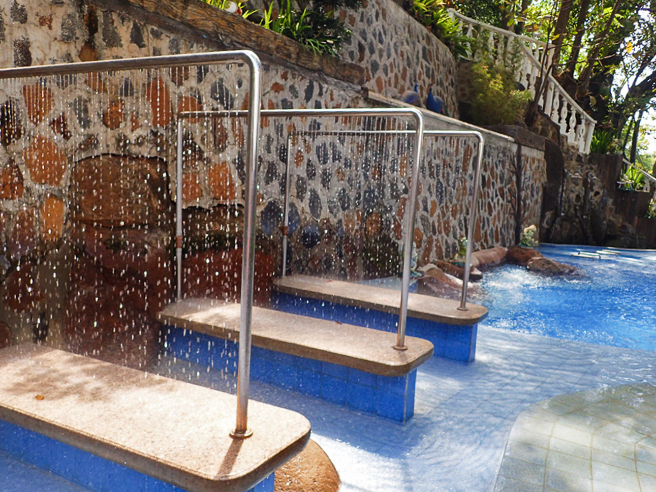 FOR YOUR BACK. On this massage pool, let the water fall on your back to wash away the stress. Or simply enjoy a rainshower on your body.