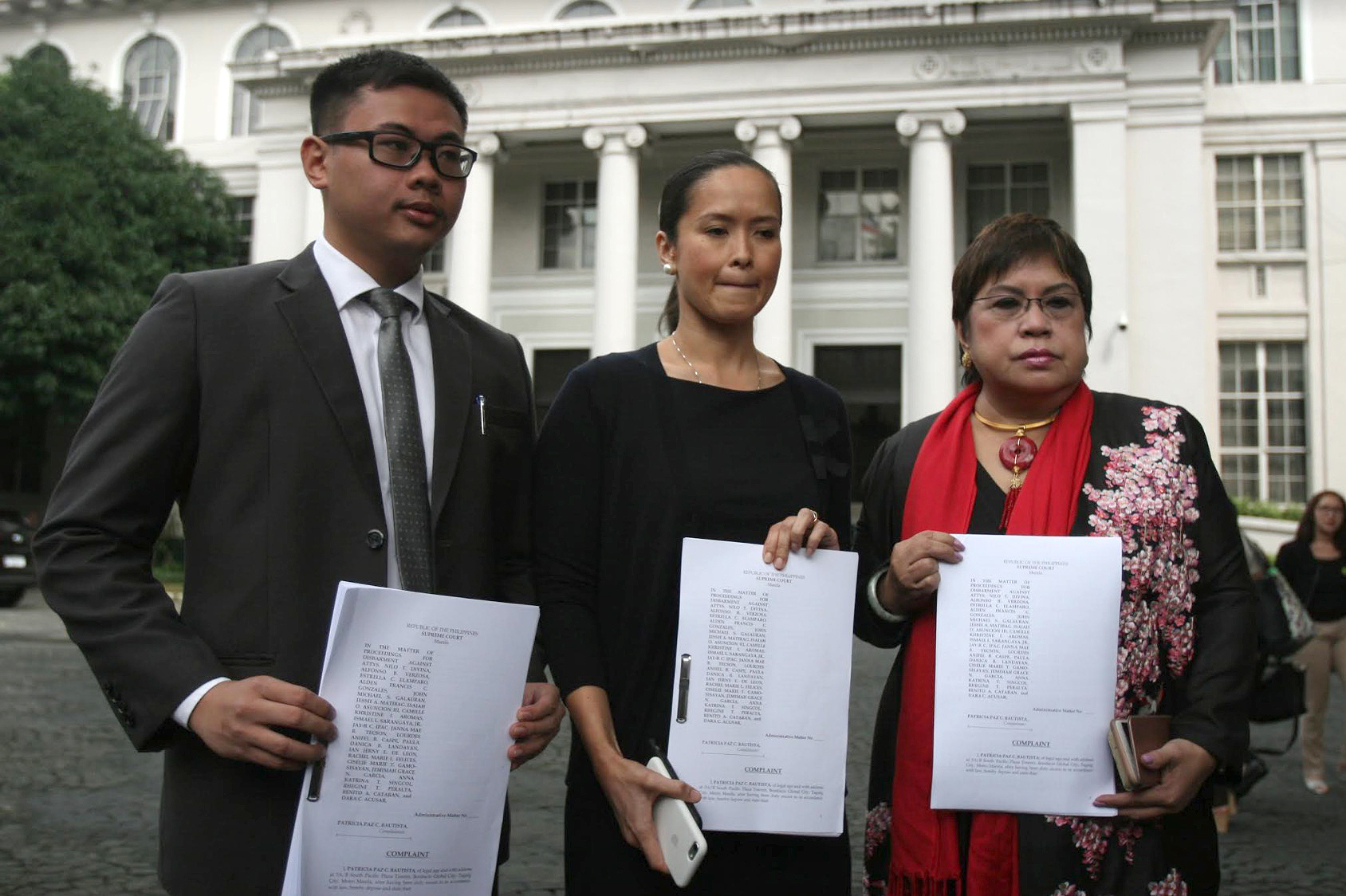 COMPLAINT. Patricia Bautista, estranged wife of COMELEC Chair Andy Bautista, and lawyer Lorna Kapunan file a disbarment complaint before the Supreme Court (SC) against UST Law Dean Nilo Divina and 20 other lawyers from the Divina law firm on September 26, 2017. Photo by Inoue Jaena/Rappler