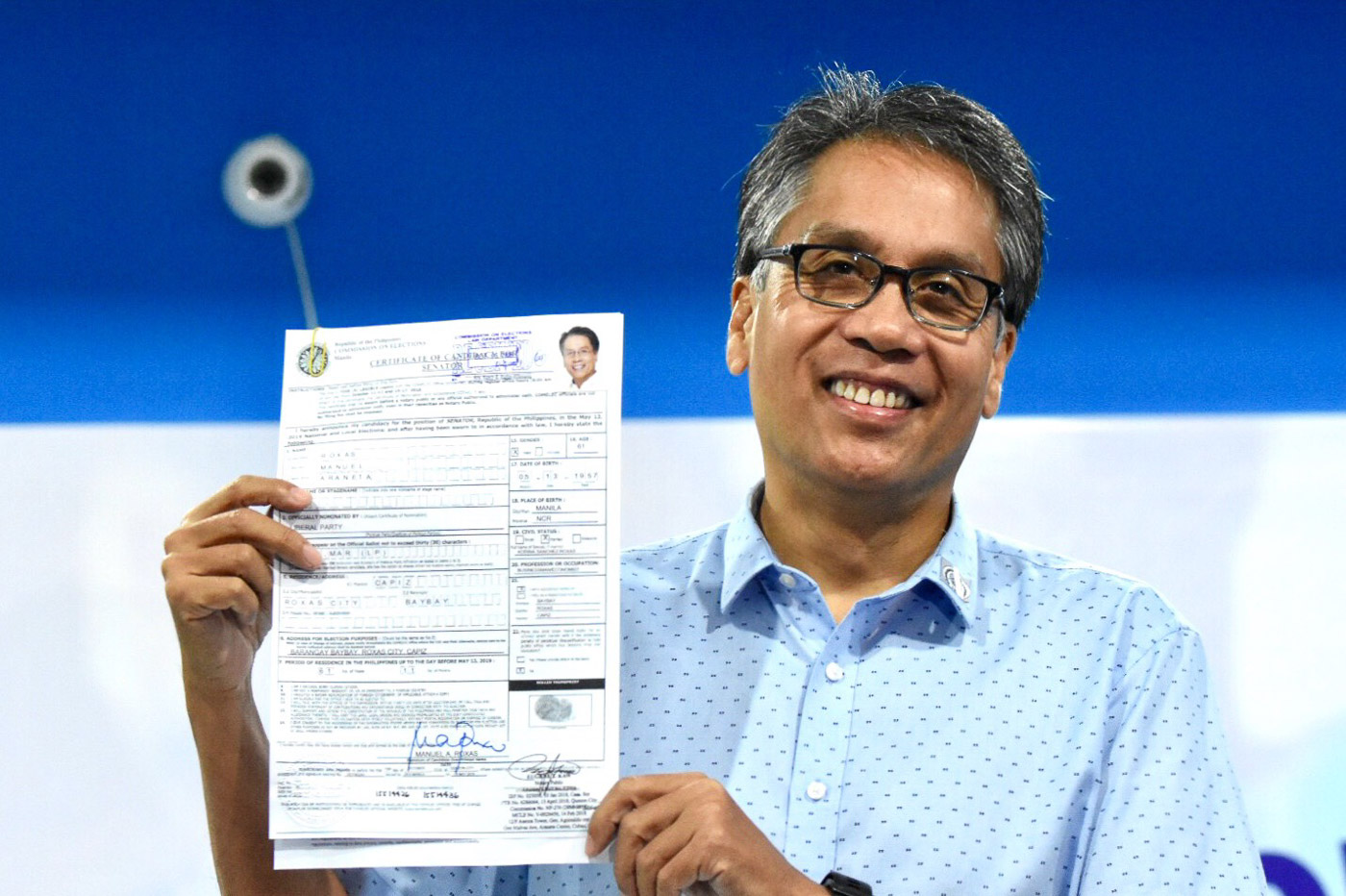Mar Roxas files his Certificate of Candidacy for Senator on October 16, 2018, at the Comelec office in Manila. Photo by Angie de Silva/Rappler