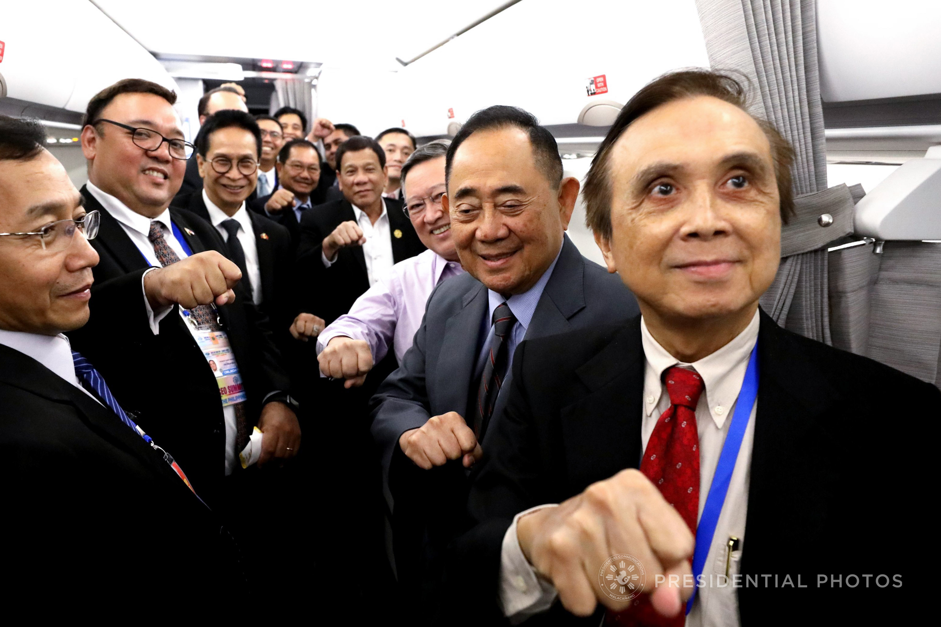 IN DUTERTE'S CIRCLE. Presidential Spokesman Harry Roque joins Cabinet officials in making the clenched fist gesture with President Rodrigo Duterte on their way to Vietnam. Malacau00f1ang photo
