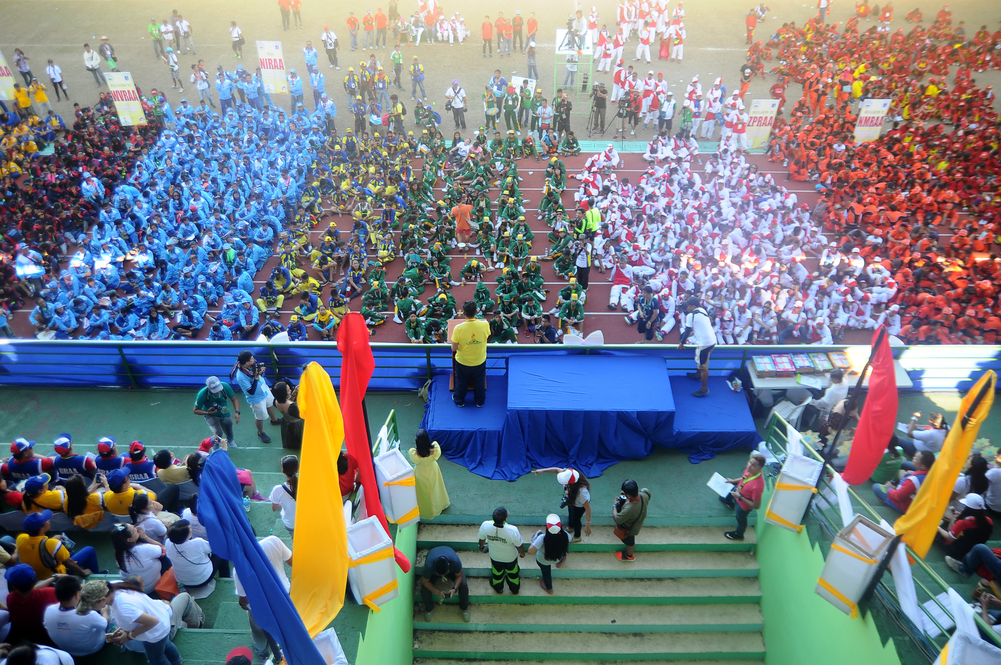 COLORFUL. Delegates from the various regions converge for the Palaro 2016 closing ceremony. Photo by Roy Secretario/ Rappler