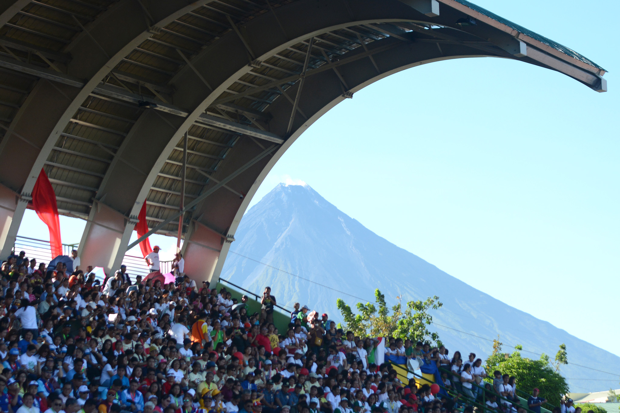 MAYON. A clear view of the Mayon Volcano greets delegates at the ceremony. Photo by Roy Secretario/ Rappler