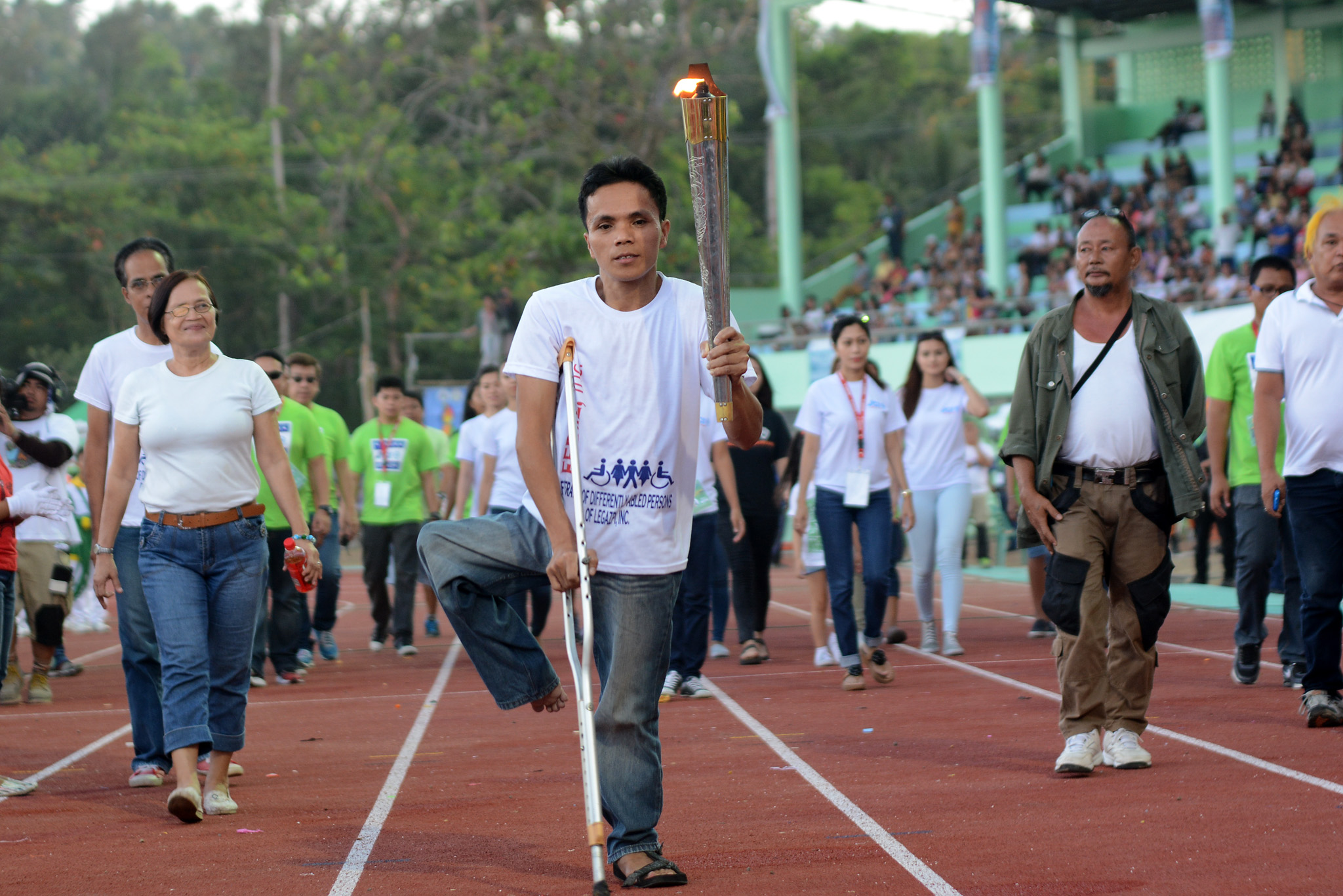 TORCHBEARER. Similar to the opening ceremony, a PWD carries Albay's Palaro torch during the closing ceremony. Photo by Roy Secretario/Rappler