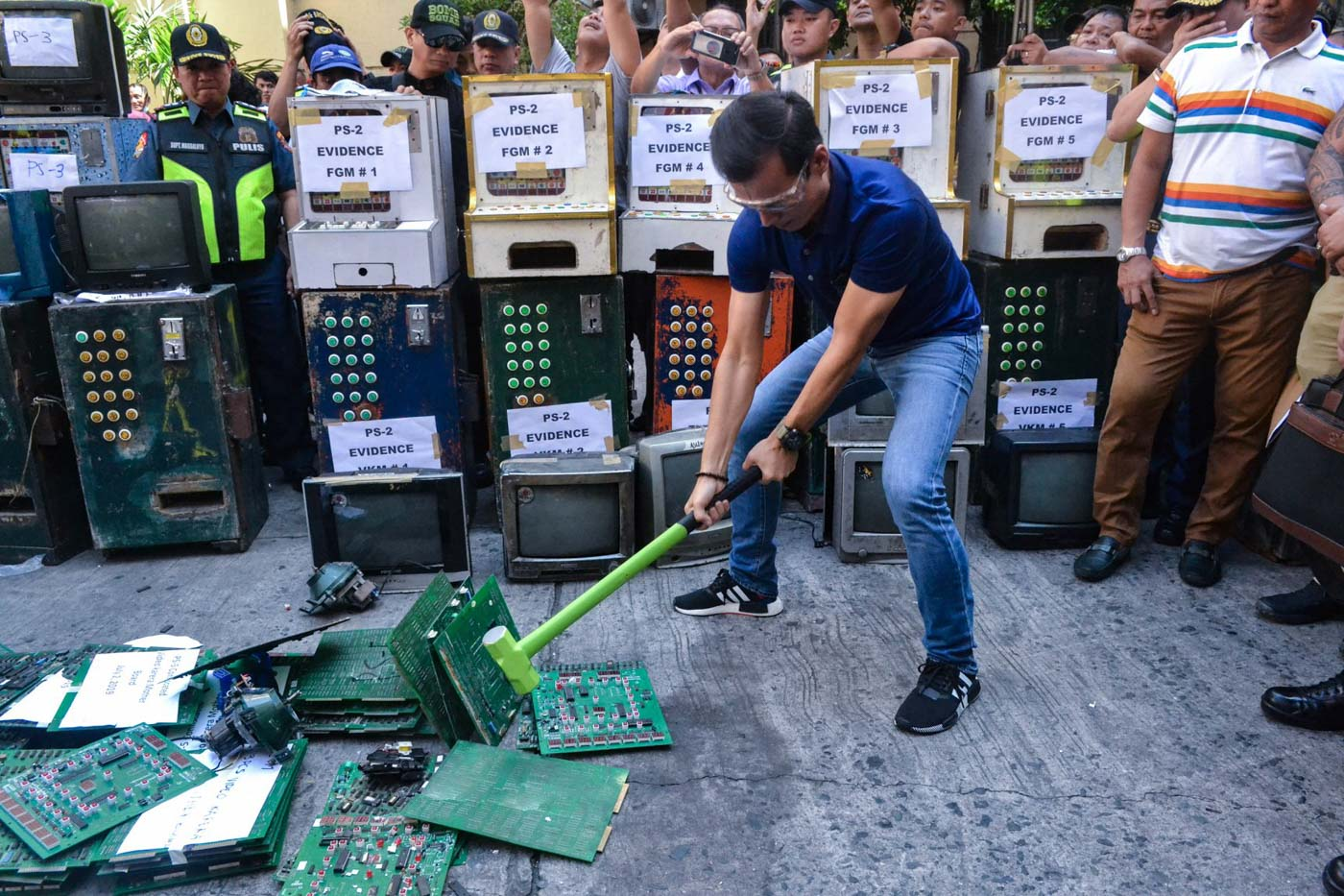 EXAMPLE. Manila Mayor Isko Moreno leads the destruction of video karera motherboards at the City Hall grounds on July 3, 2019. Photo from the Manila Public Information Office
