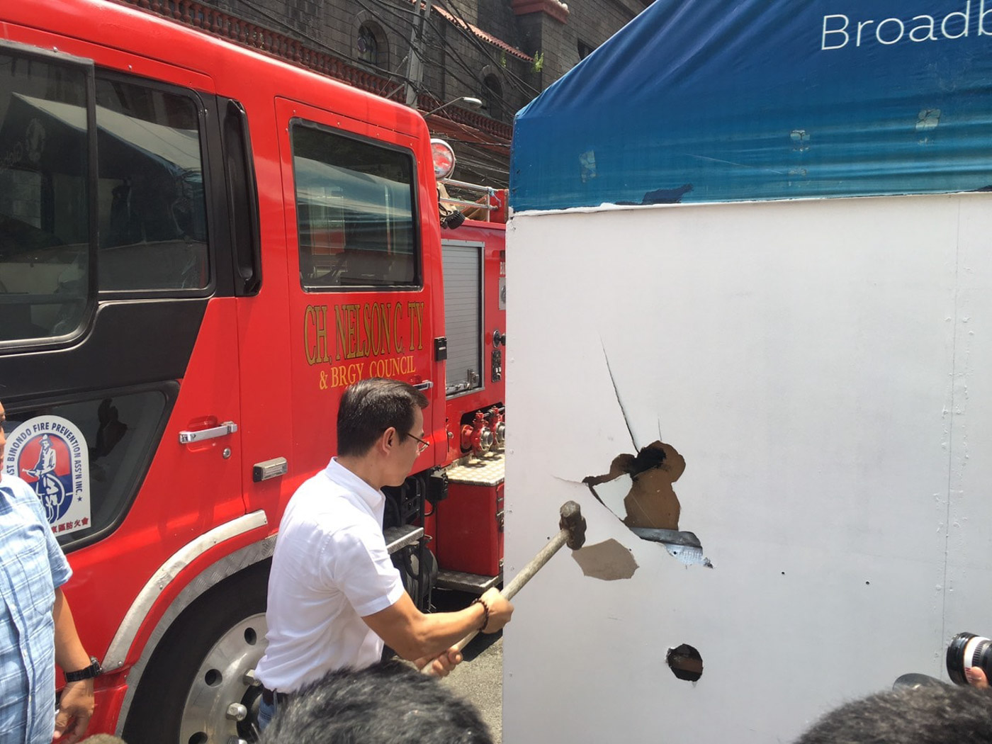 ILLEGAL STRUCTURE. Mayor Isko Moreno breaks down a wall of an illegal structure in Binondo, Manila, on July 5, 2019. Photo from the Manila Public Information Office