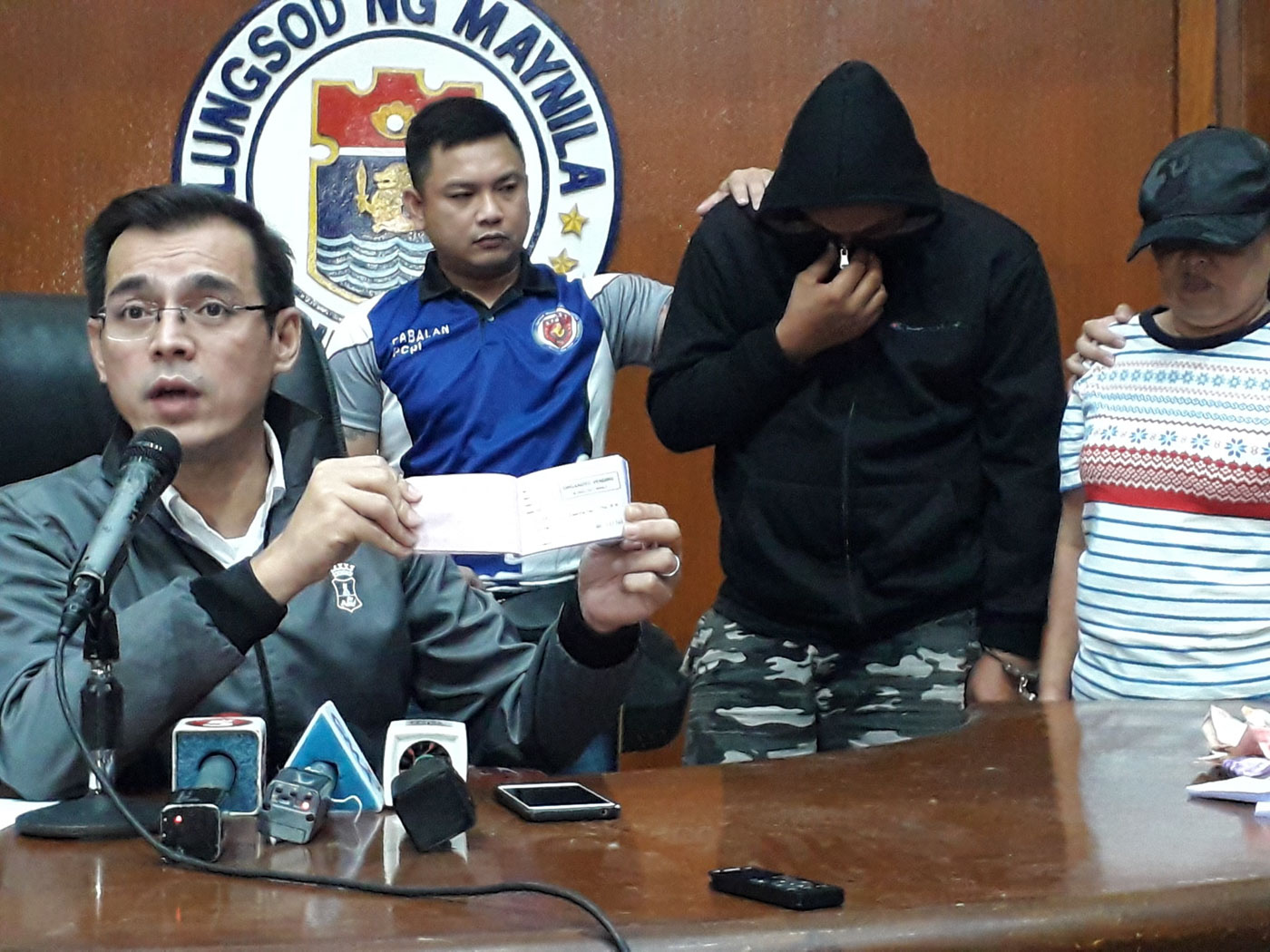 ARRESTED. Manila Mayor Isko Moreno presents two people arrested for extortion.  Photo from the Manila Public Information Office
