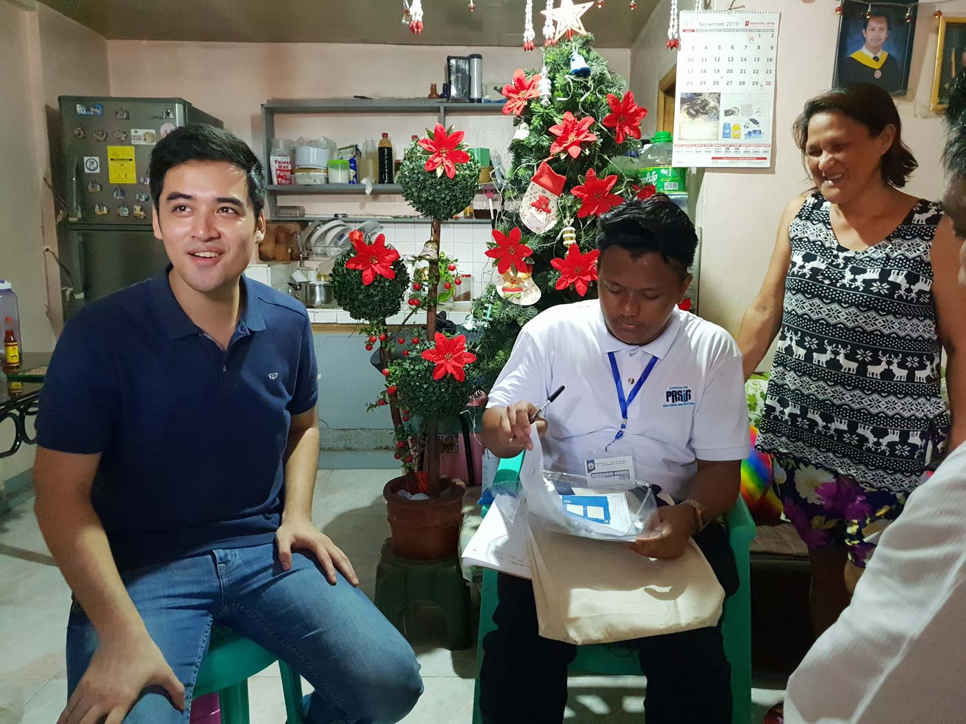 DATA GATHERING. Part of distributing the Pamaskong Handog to Pasig residents is a survey of their basic information to help the city government in policy-making, Mayor Vico Sotto said. Photo by JC Gotinga/Rappler