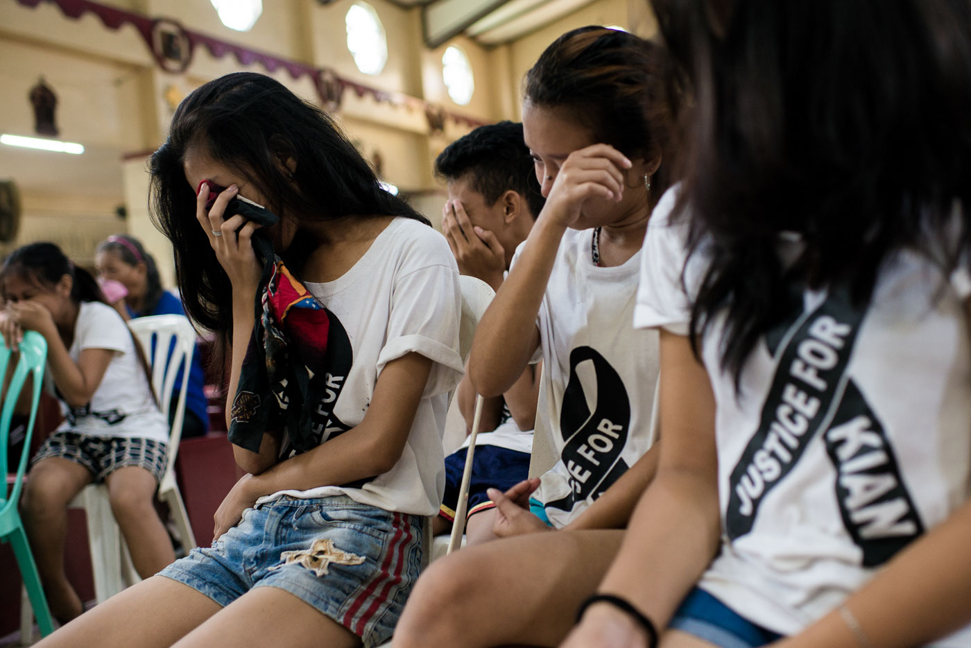 GRIEF. Friends and classmates of Kian delos Santos become emotional during the mass. Photo by Eloisa Lopez/Rappler