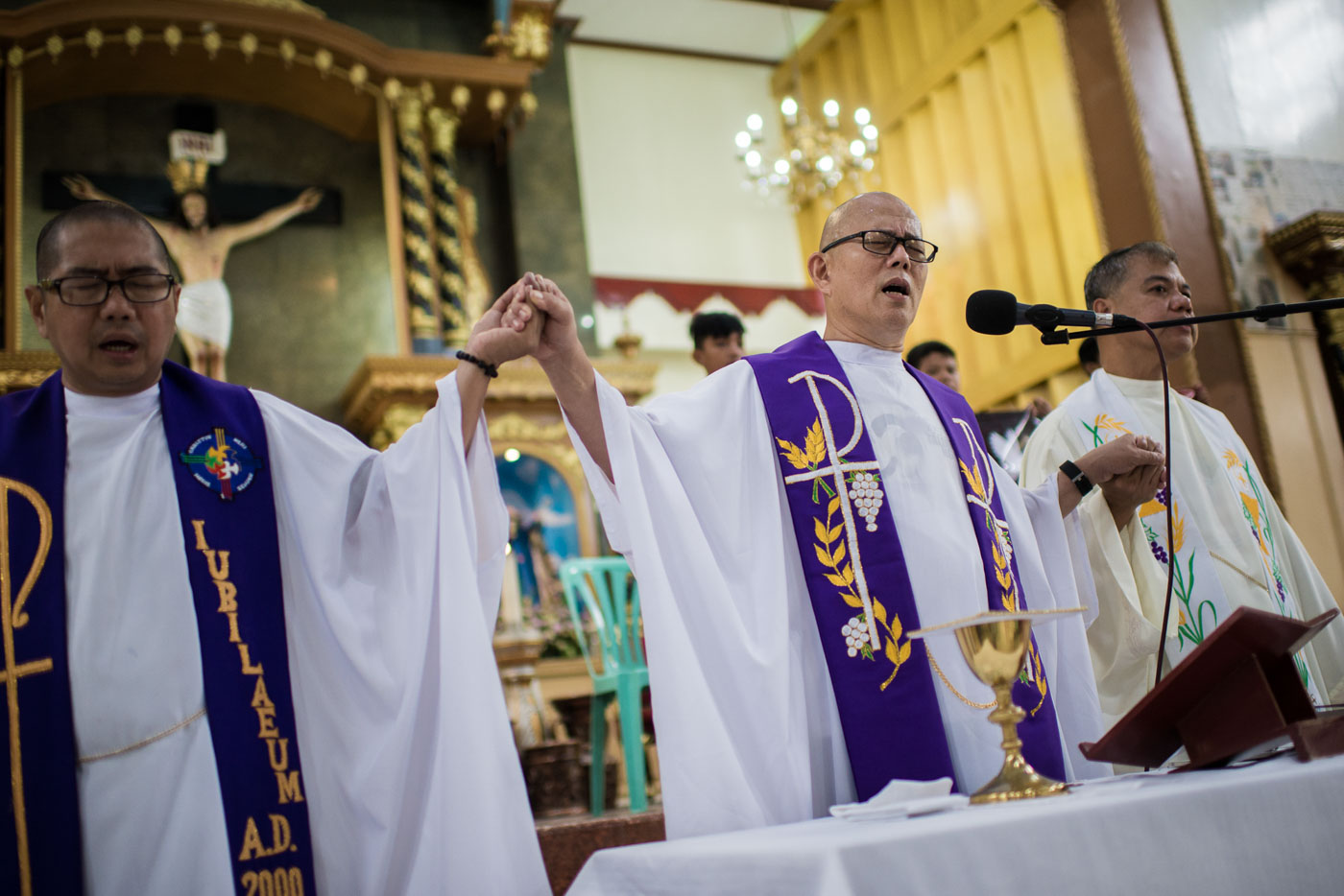 MASS FOR KIAN. Fr Flavie Villanueva, Fr Robert Reyes, and Fr George Alfonso sing the Lord's Prayer at the mass for Kian delos Santos on August 25, 2017. Photo by Eloisa Lopez/Rappler