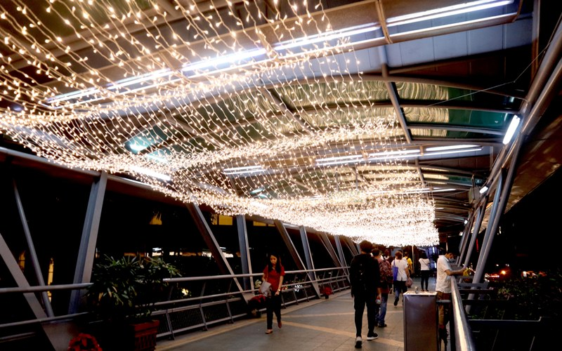 DELA ROSA PARKWAY. Lighting installations in Dela Rosa walkway.