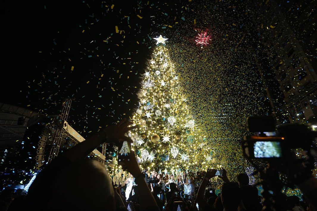 BIG TREE. Shoppers can go to the big Christmas tree in Araneta City to have photos taken. Photo from Facebook/Araneta City