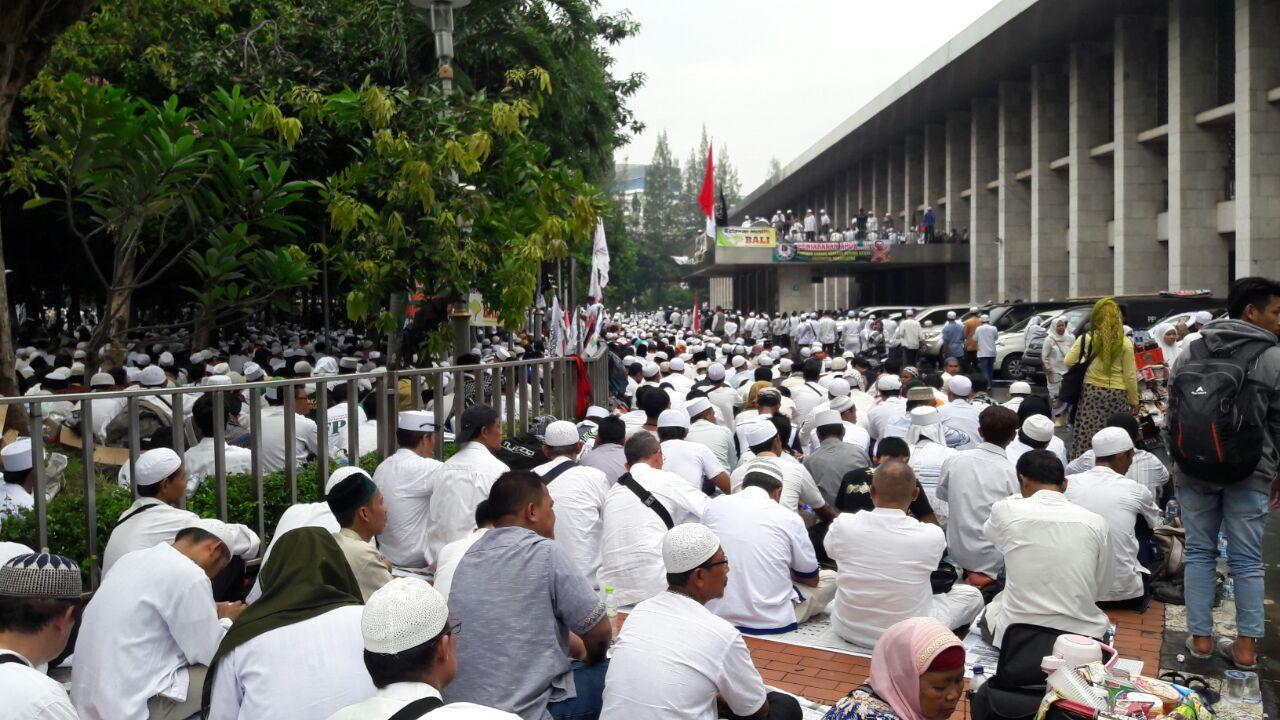 Demonstran salat Jumat di halaman Masjid Istiqlal. Foto oleh Sakinah Ummu Haniy/Rappler