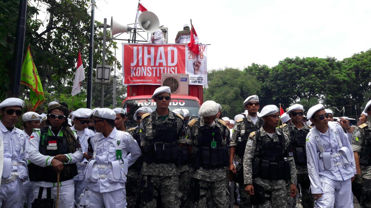 Massa bersiap demonstrasi di depan Istana Negara. Foto oleh Sakinah Haniy/Rappler