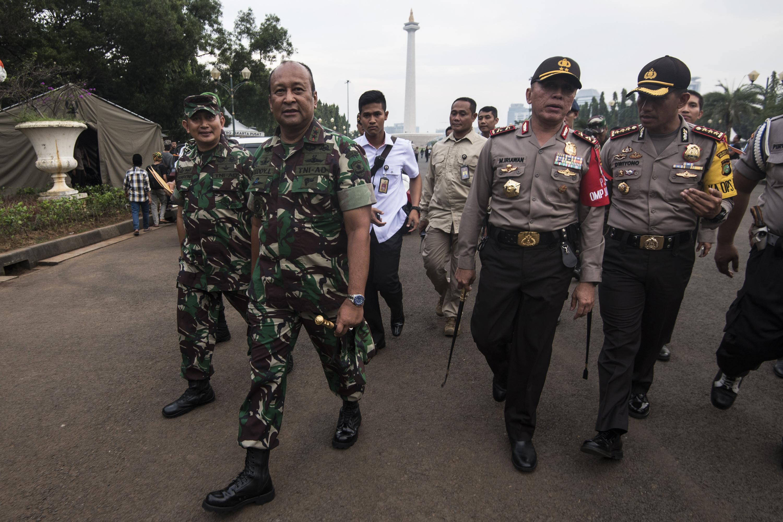 Kapolda Metro Jaya Irjen Pol M Iriawan (kedua kanan) bersama Pangdam Jaya Mayjen TNI Teddy Laksmana (kedua kiri) mendapatkan penjelasan dari Kapolres Jakarta Pusat Kombes Pol Dwiyono (kanan) terkait pengamanan menjelang aksi 4 November di kawasan Monas, Jakarta, pada 3 November 2016. Foto oleh Sigid Kurniawan/Antara