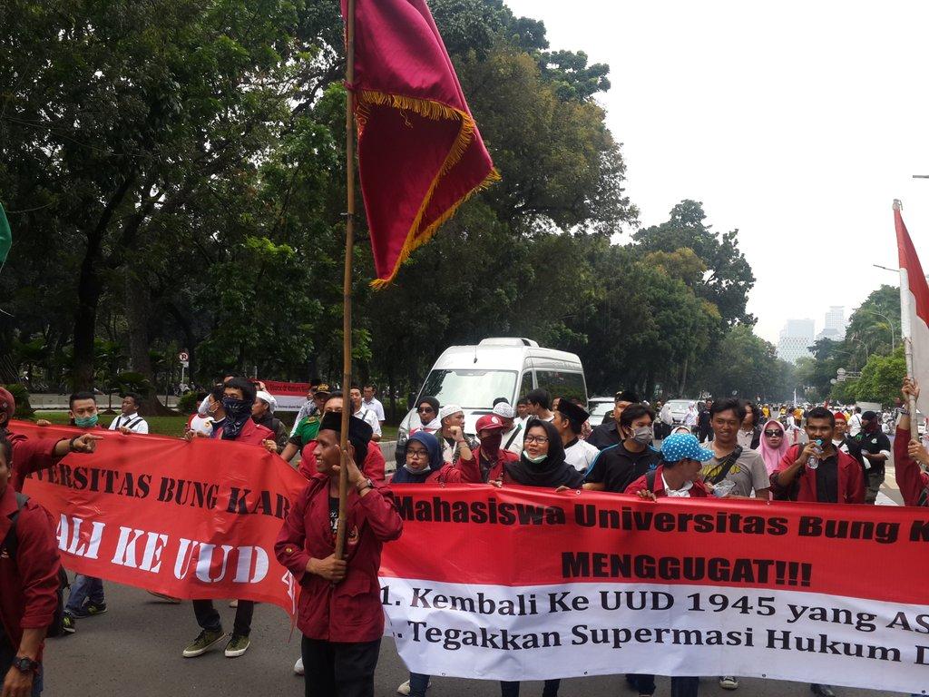Rombongan BEM Univ Bung Karno mengawal Rachmawati Soekarnoputri merapat ke depan Istana. Foto oleh Uni Lubis/Rappler