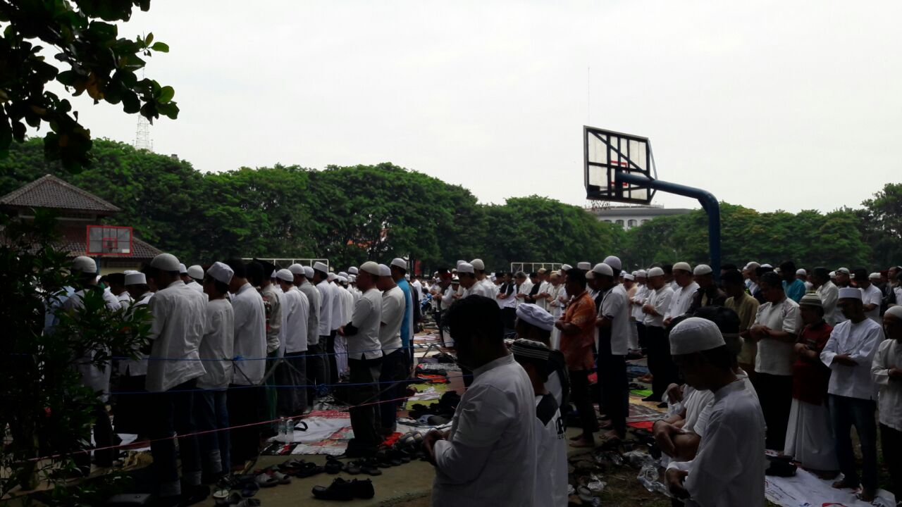 Demonstran salat Jumat di Lapangan Banteng. Foto oleh Sakinah Ummu Haniy/Rappler