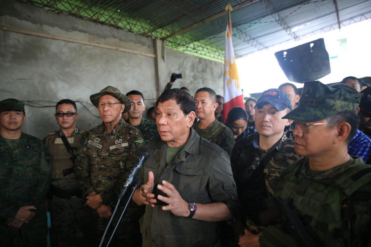 BACK IN MARAWI. President Duterte, Defense Secretary Delfin Lorenzana, AFP chief Eduardo Au00f1o visit soldiers in Marawi City. Presidential photo