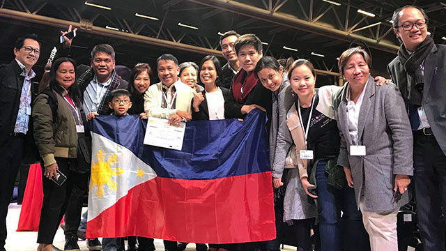 AMONG THE WORLD'S BEST. Puentespina Farms representatives show off the Philippine flag and the certificate of recognition from the International Cocoa Awards.