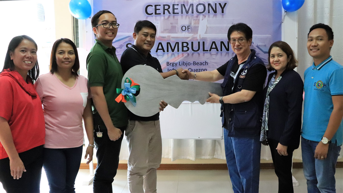 TURNOVER. Panukulan Municipal Mayor Alfred Rigor S. Mitra (center) receives the ceremonial key for the sea ambulance from DOH-CALABARZON Regional Director Eduardo C. Janairo (with vest) during the turn-over ceremonies held in Infanta town in the Province of Quezon on September 6, 2019. Photo courtesy of DOH-CALABARZON