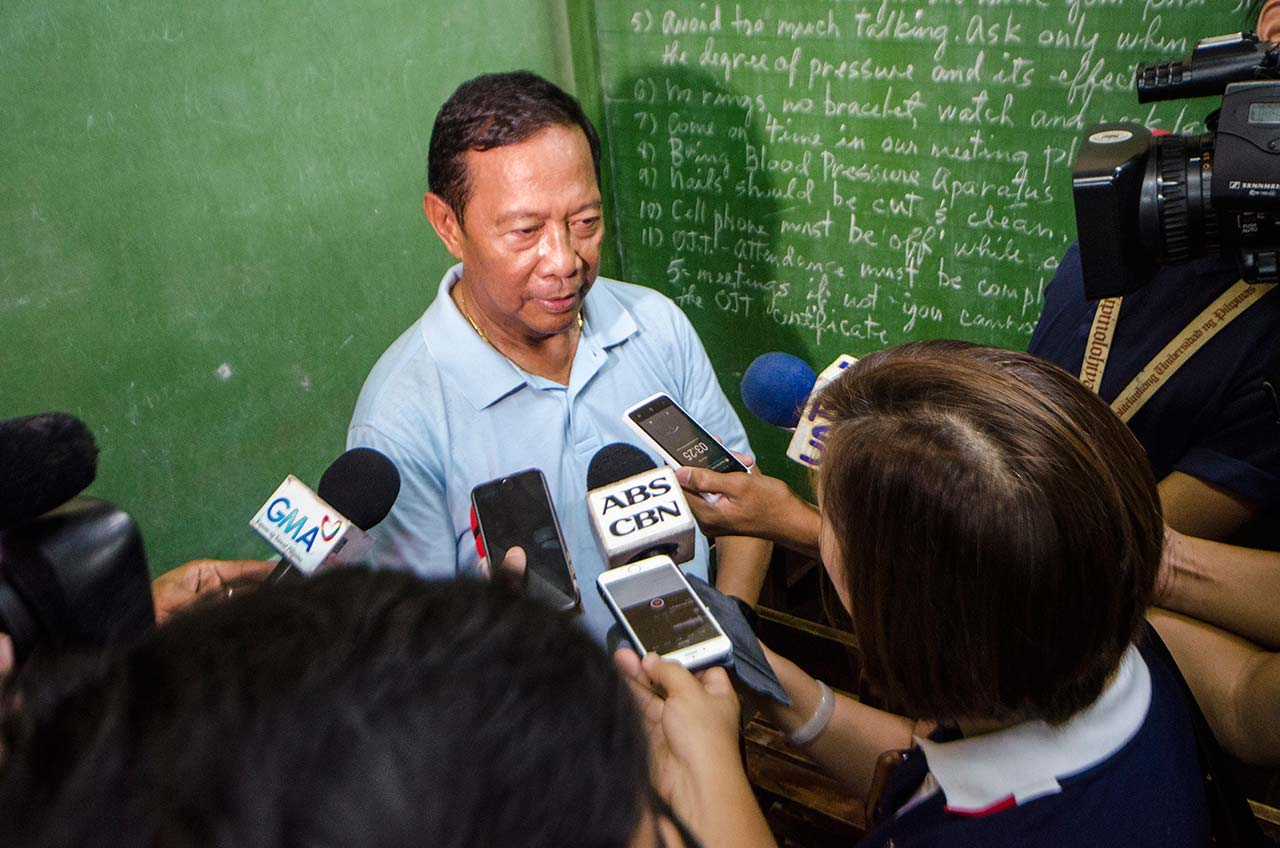THE SCRUM. There were weeks during the campaign when it was difficult for reporters to catch Binay for an interview. Photo by Rob Reyes/Rappler