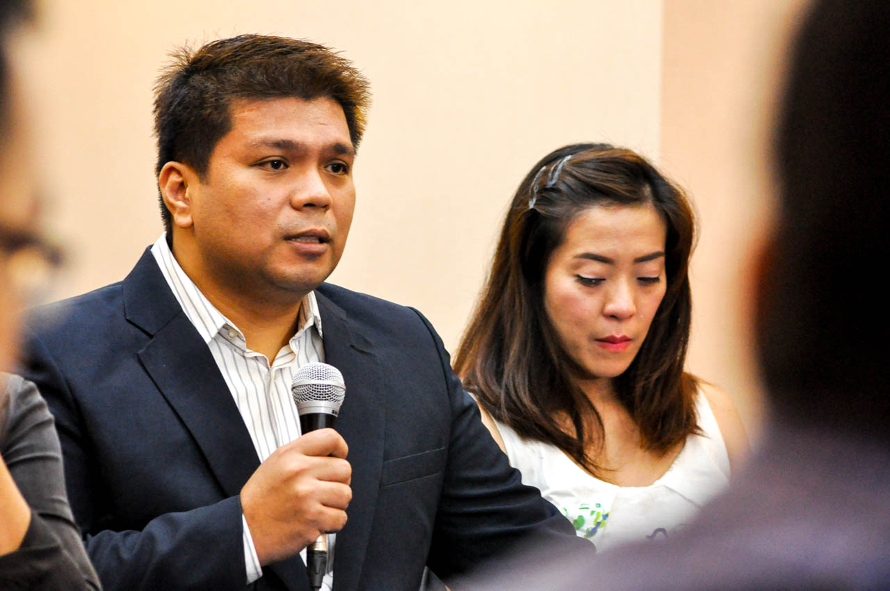 SEIKO MENORCA. The wife of former Iglesia minister Lowell Menorca, Jinky Menorca, sits beside her husband as he relates how he was allegedly detained by his fellow INC members during a press conference at the Bayview Hotel in Roxas Boulevard, Manila on October 25. Photo by Lito Boras/Rappler