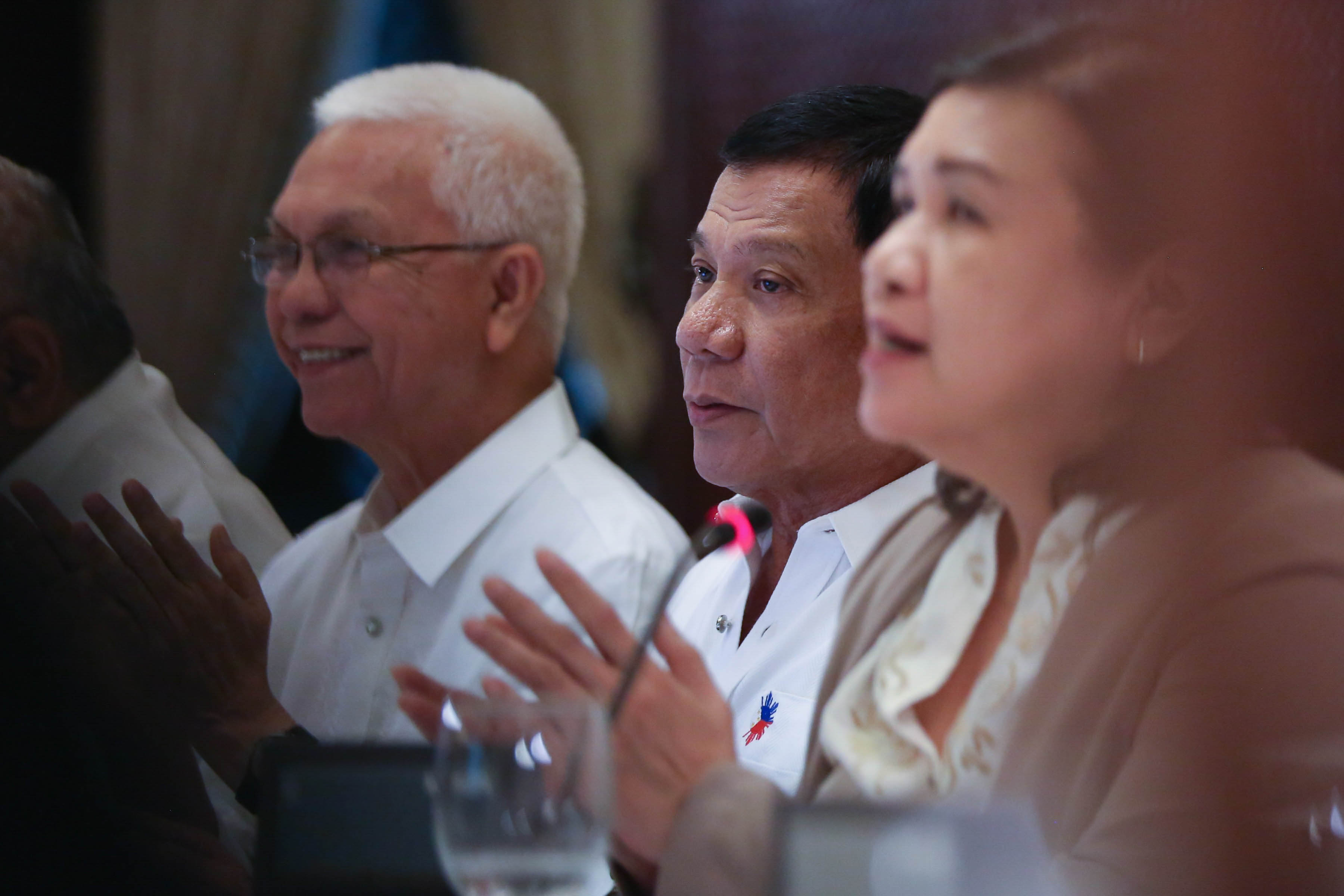 COLORFUL CABINET. President Duterte sits between Leftist Cabinet members, Cabinet Secretary Jun Evasco and NAPC chairperson Liza Maza during a NAPC meeting in the Palace. Presidential photo