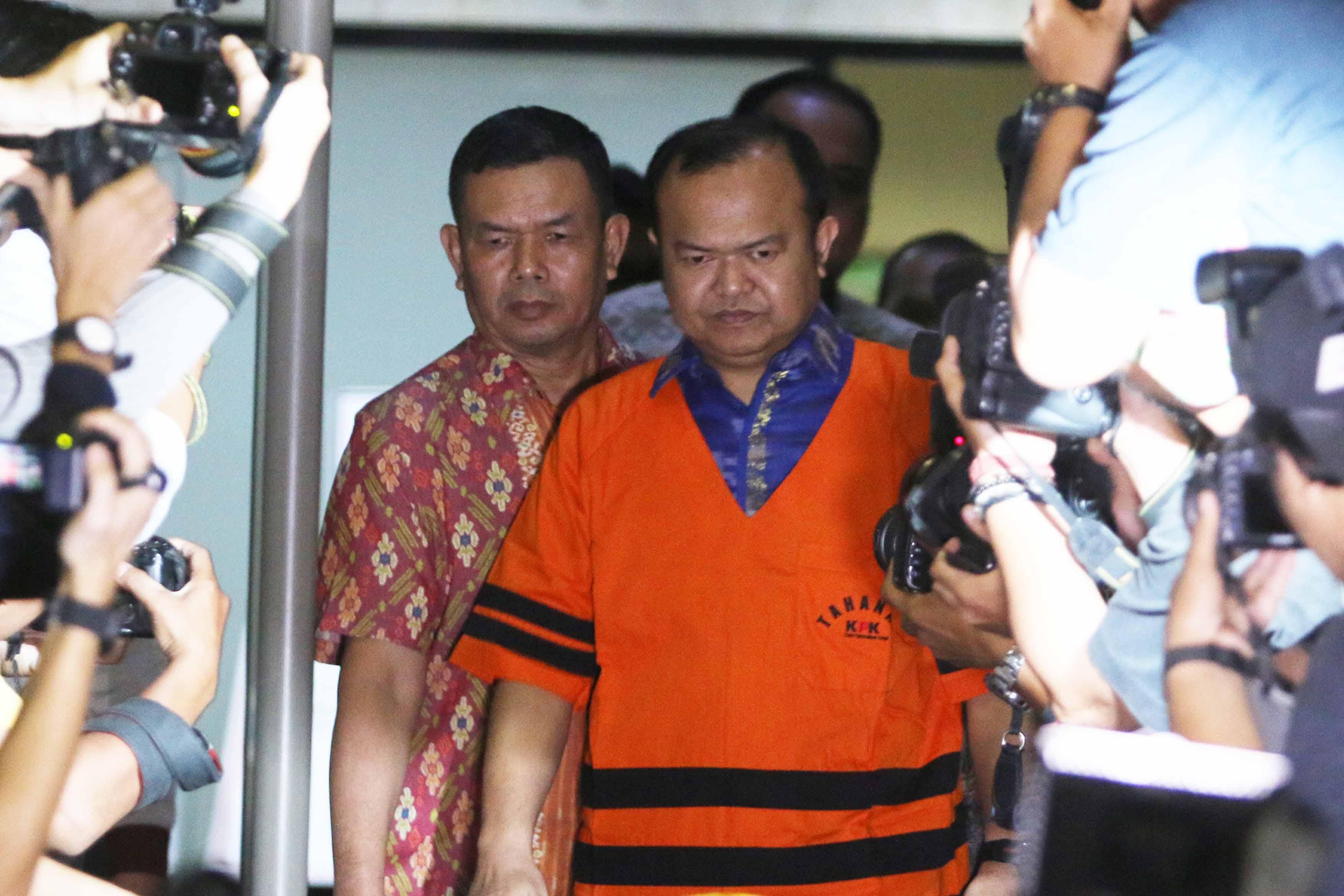 DITAHAN. Tersangka kasus dugaan suap Patrice Rio Capella mengenakan rompi tahanan Komisi Pemberantasan Korupsi, Jumat, 23 Oktober.