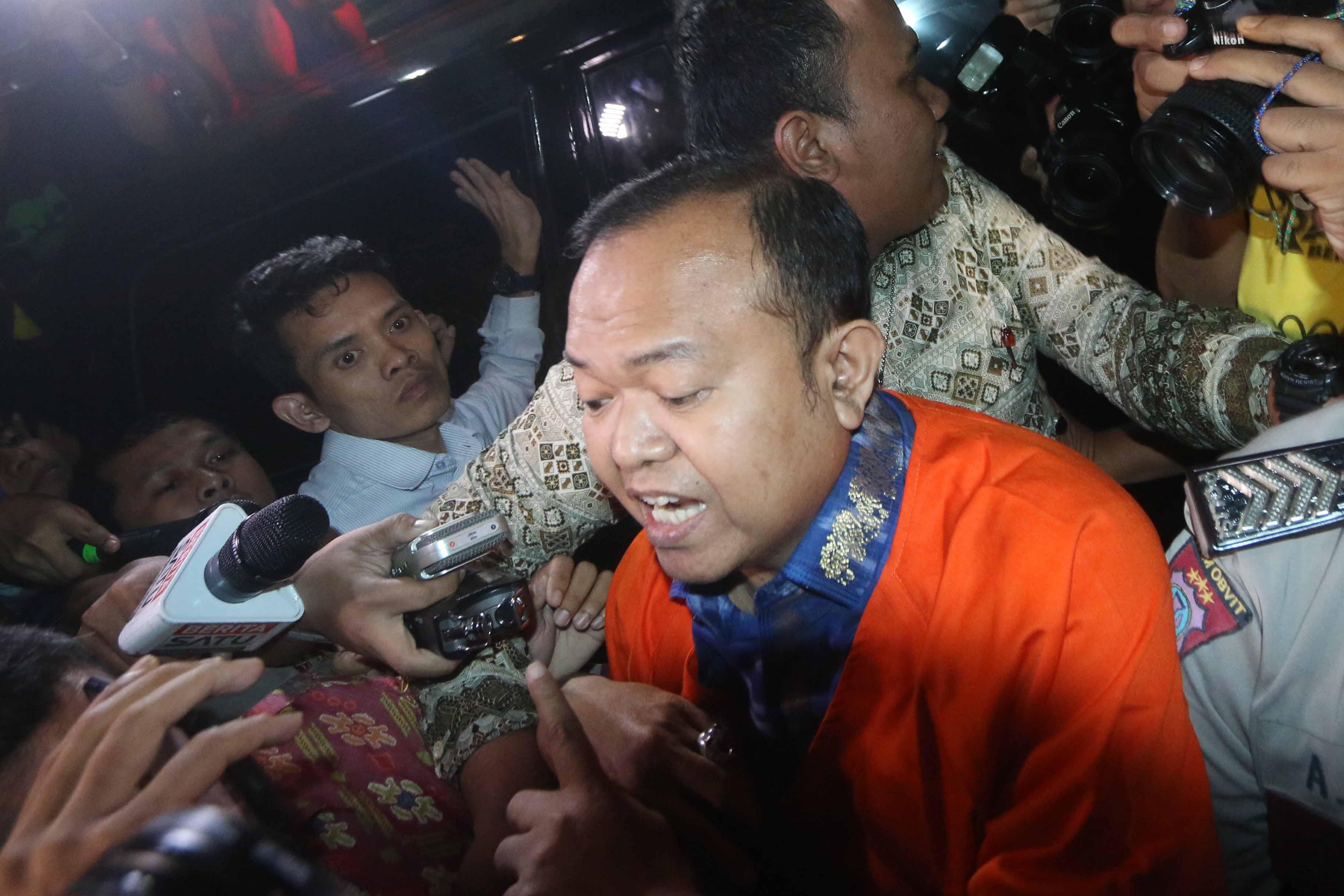 ROMPI ORANYE. Mantan Sekjen Partai Nasional Demokrat Patrice Rio Capella resmi ditahan Komisi Pemberantasan Korupsi usai menjalani pemeriksaan di gedung KPK, Jakarta, Jumat, 23 Oktober.