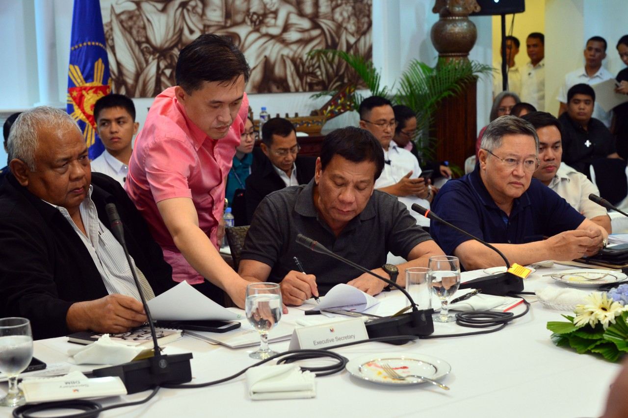MARTIAL LAW REPORT. President Rodrigo Duterte signs the report he submitted to Congress on May 25, 2017. Malacau00f1ang photo