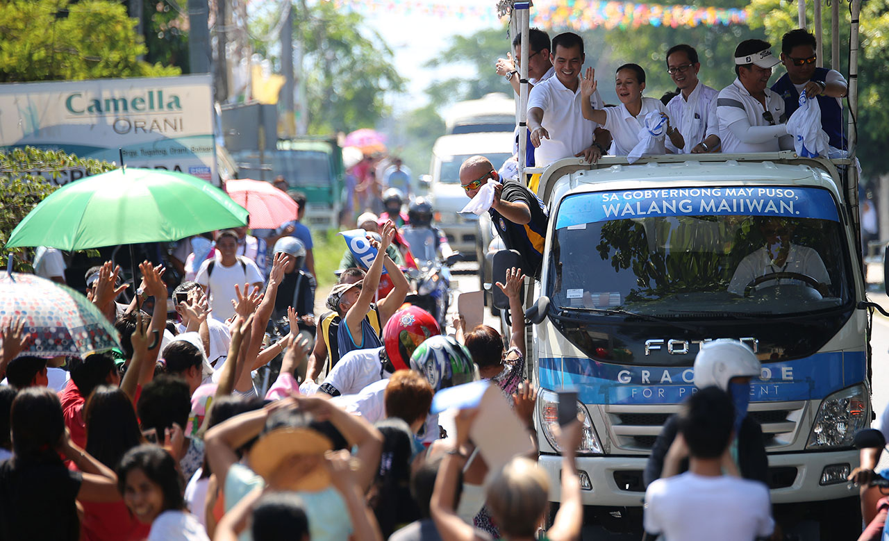 CAMPAIGN. Presidential bet Grace Poe holding a motorcade in the province of Bataan. Photo by Jay Morales