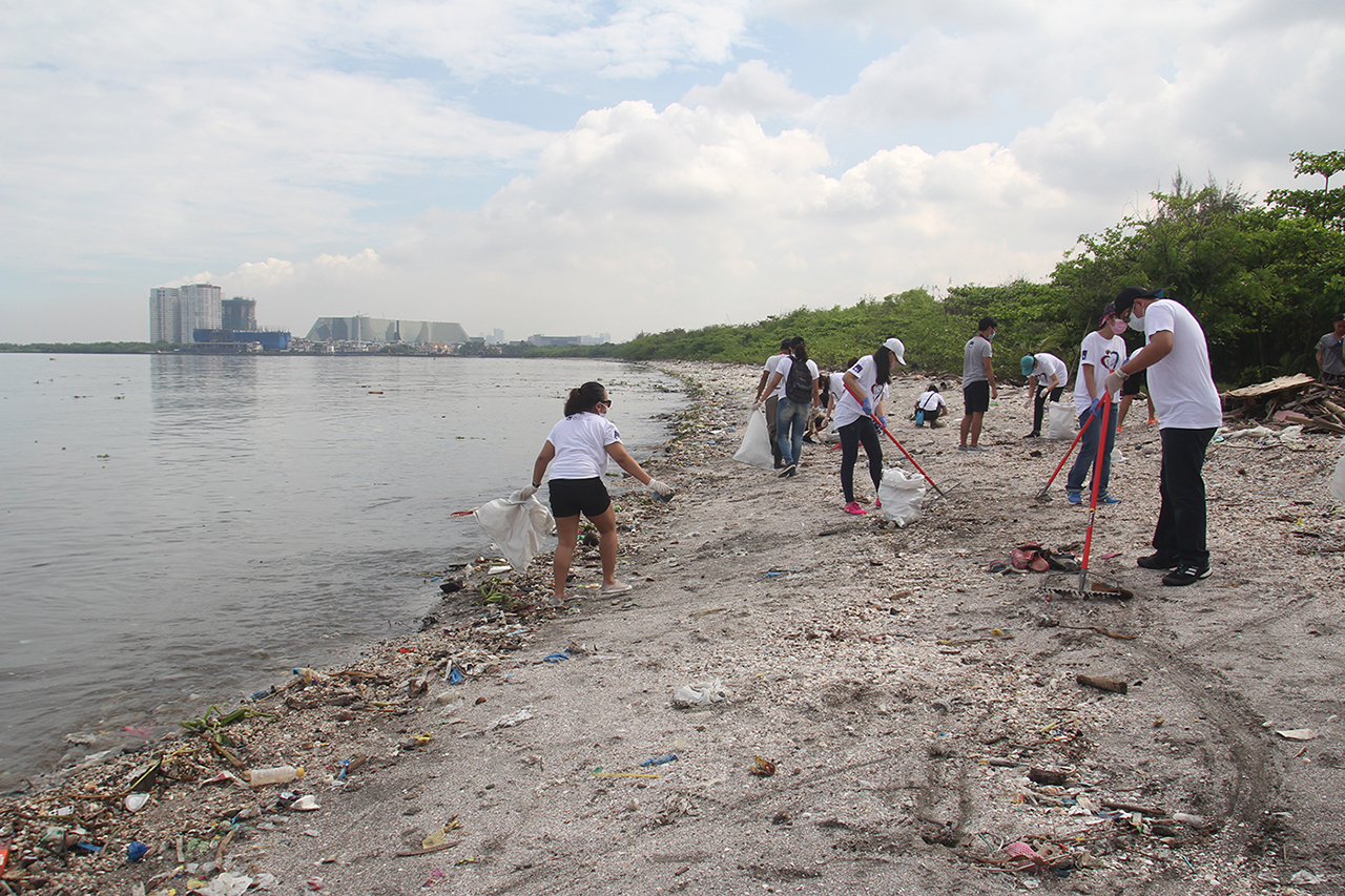 CLEAN UP. Rubbish mostly plastics litters the shoreline of Freedom Island in Paranaque City. Photo by Rhaydz Barcia/Rappler