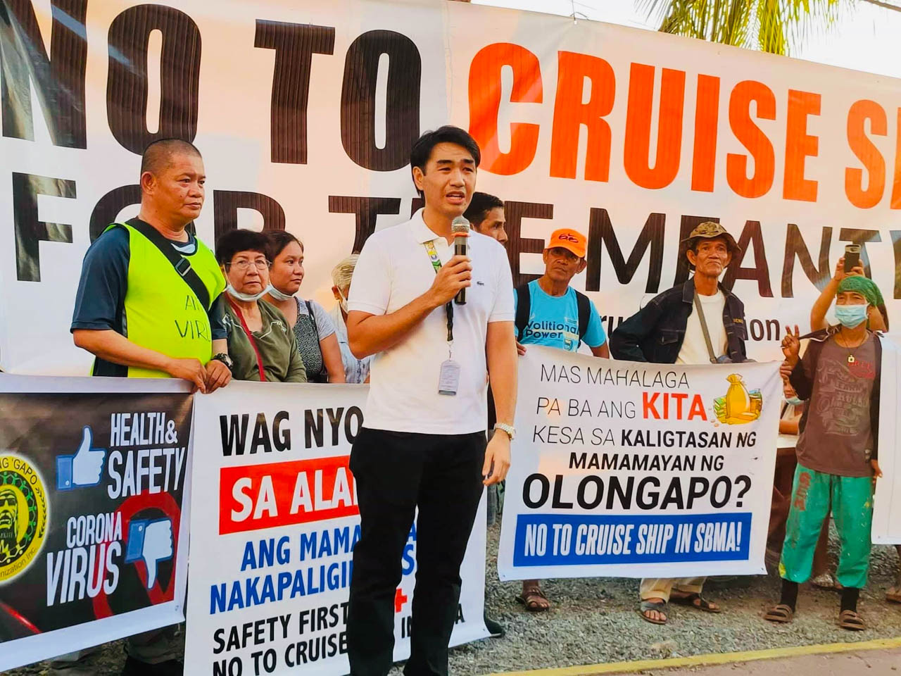 'ERR ON SIDE OF CAUTION.' Olongapo City Mayor Rolen Paulino Jr joins the rally. Photo from Randy Datu/Rappler
