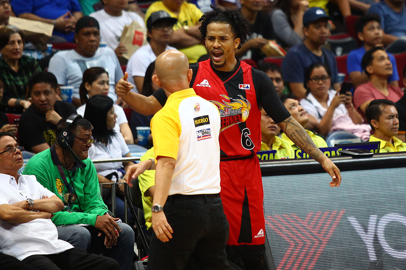 SCUFFLE. Painters coach Yeng Guiao (in yellow and white) and Beermen guard Chris Ross get in each other's faces along the sidelines in Game 1 of the 2016 PBA Philippine Cup semifinals. Photo by Josh Albelda/Rappler