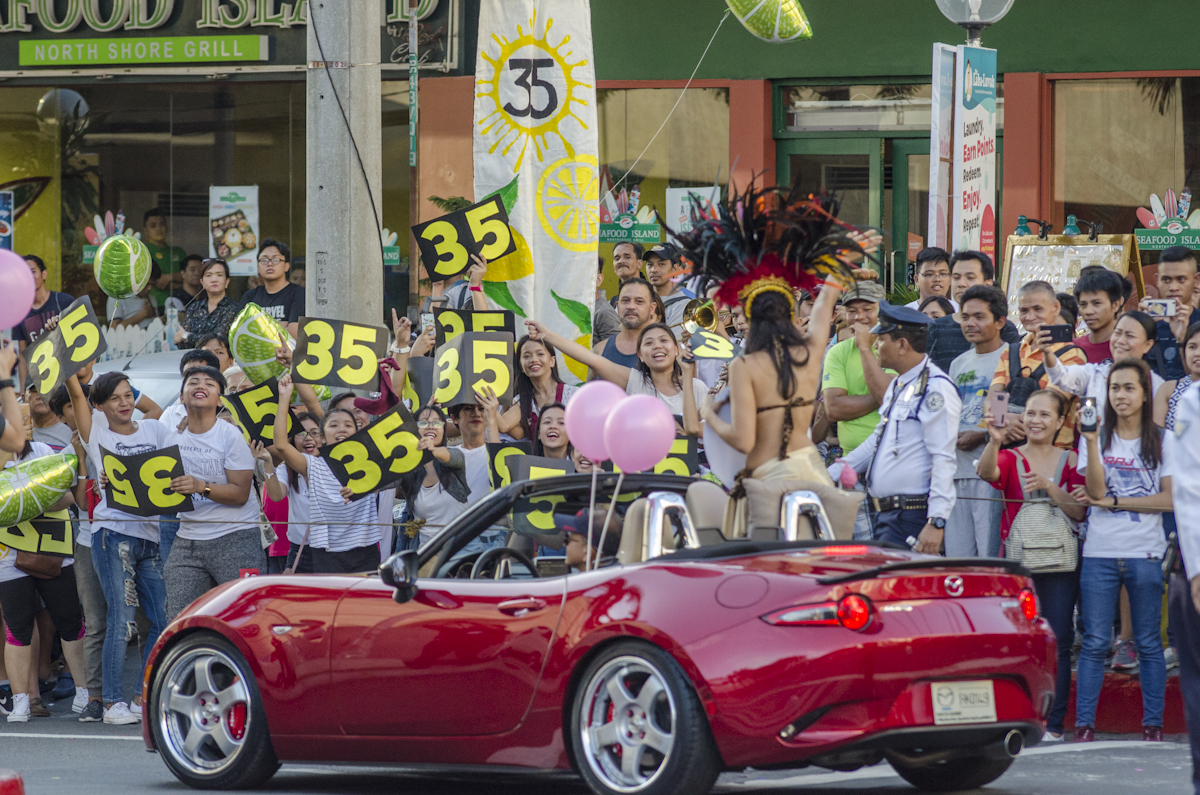 LEMONADES. Sandra Lemonon's fans cheer for her during the Bb Pilipinas Parade of Beauties. Photo by Rob Reyes/Rappler