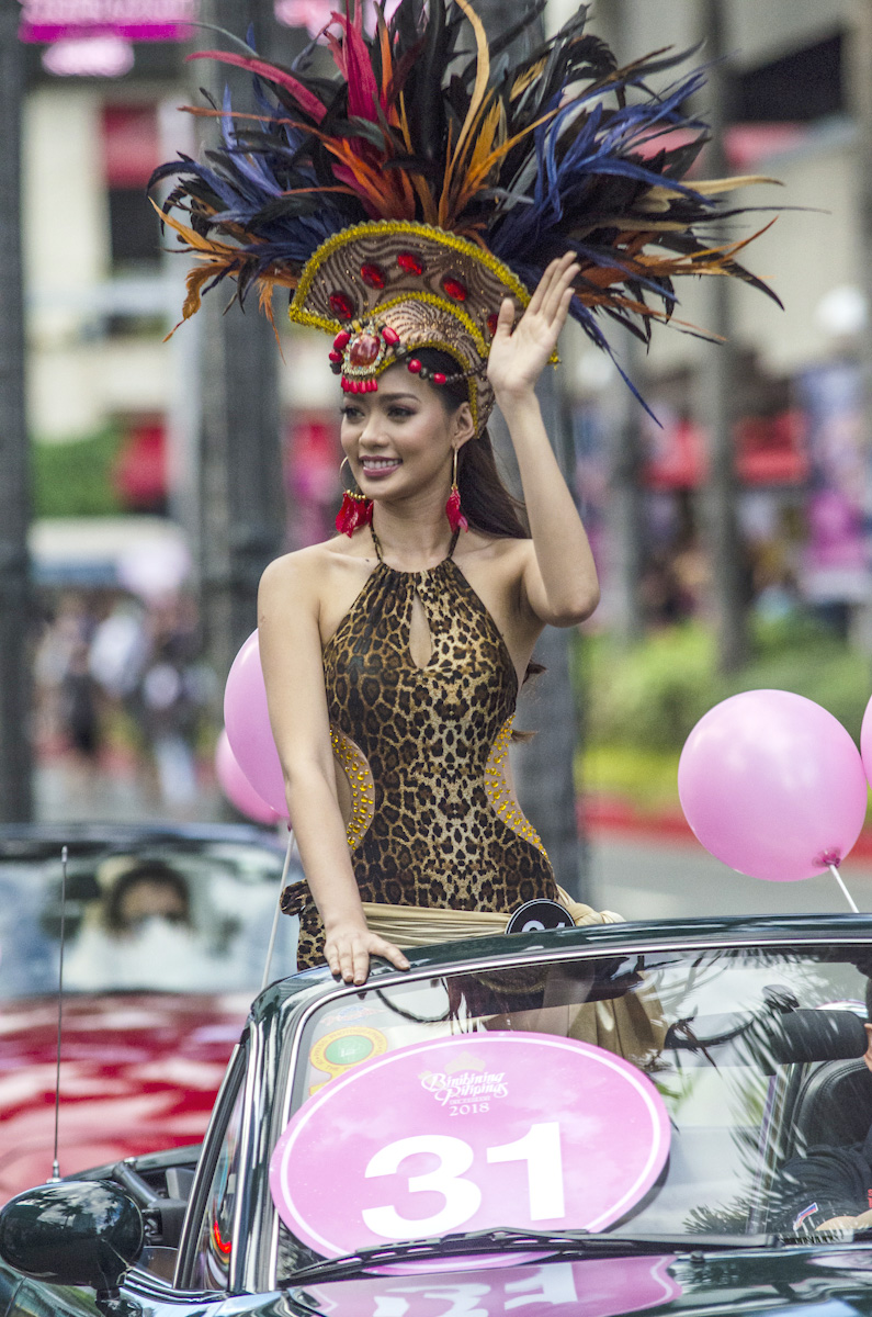 PARADE. Jehza waves to the crowd during the Parade of Beauties. Photo by Rob Reyes/Rappler