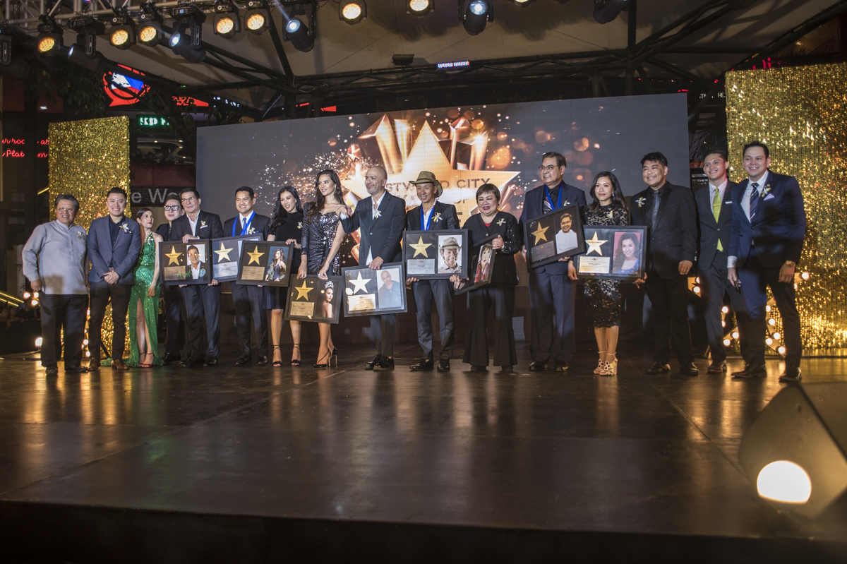The inductees and members of the German Moreno Walk of Fame Philippines onstage.