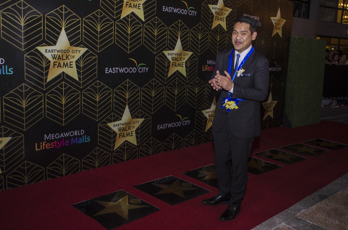 Former GMA reporter Jigg Manicad claps as his star is unveiled.
