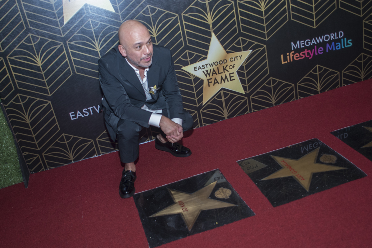 Jo Koy poses for the cameras.
