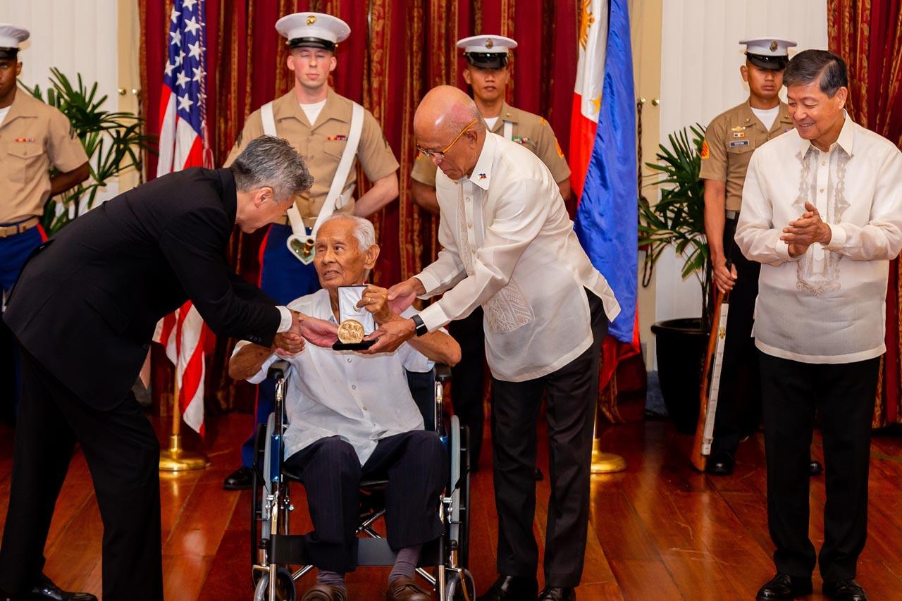 RECOGNITION. US Ambassador Sung Kim (left) is assisted by Defense Secretary Delfin Lorenzana.