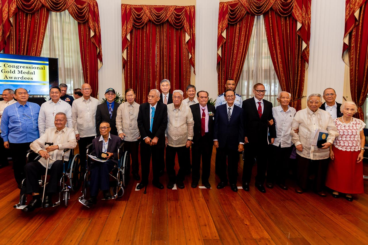 WAR VETERANS. The awardees and representatives with Defense Secretary Delfin Lorenzana and US Ambassador Sung Kim. Some of them set aside their wheelchairs for the group shot.