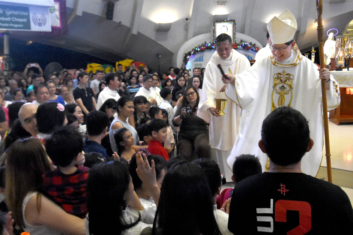 BLESSING CHILDREN. Manila Archbishop Luis Antonio Cardinal Tagle blesses children during the 6 pm Mass at Greenbelt Chapel on the Feast of the Santo Niu00f1o on January 21, 2018. Photo by Angie de Silva/Rappler
